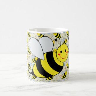 Lindo manosee la abeja con el modelo taza básica blanca