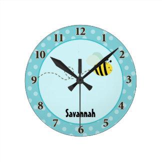 Lindo manosee la abeja que el reloj de pared añade