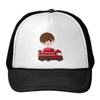 Lindo, muchacho con el coche de bomberos gorras de camionero