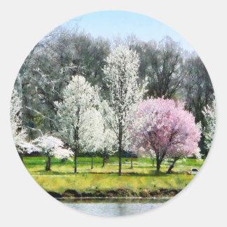 Línea de árboles florecientes pegatina redonda