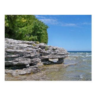 Línea de la playa del punto de la cueva postal