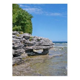 Línea de la playa del punto de la cueva tarjetas postales