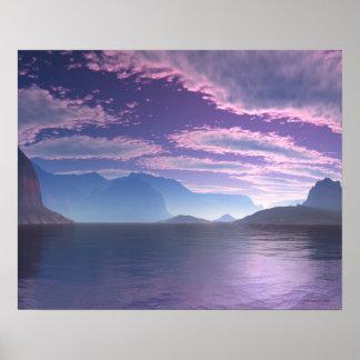 Línea de la playa púrpura de la bahía creciente y póster