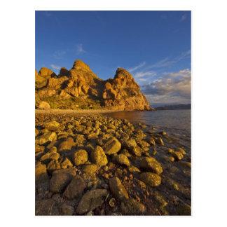 Línea de la playa rocosa en Isla Carmen en el Postal