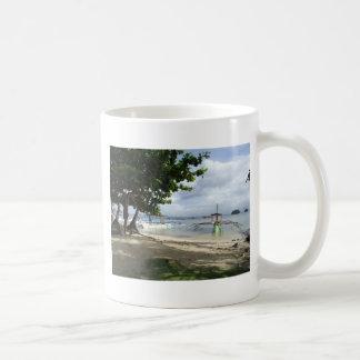 línea de la playa taza clásica