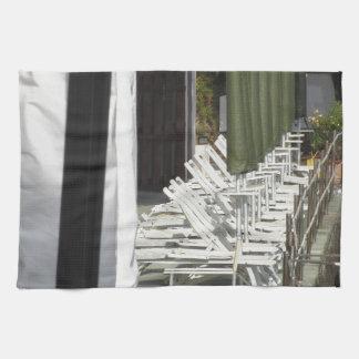 Línea de sillas y de paraguas cerrados de playa toallas de cocina