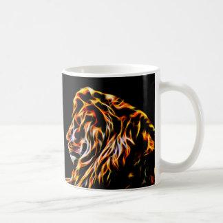 Línea fractal del león del arte taza blanca