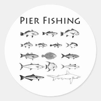 Línea logotipo de la especie de los pescados de la pegatina redonda