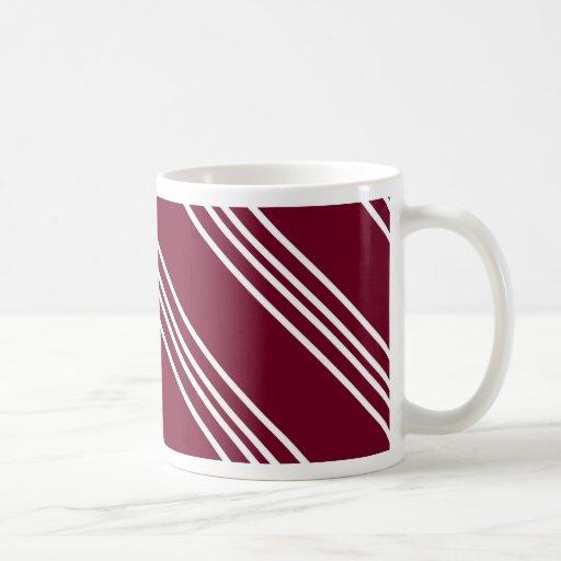 Líneas blancas diagonales en la taza marrón