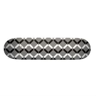 Líneas blancos y negros traslapadas del zigzag patin personalizado