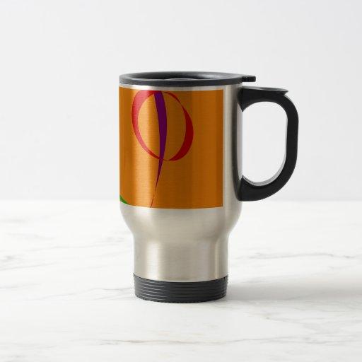 Líneas coloridas contra fondo anaranjado taza de café