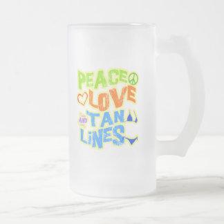Líneas del moreno del amor de la paz taza de cristal