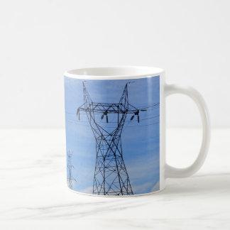 Líneas eléctricas en cielo azul tazas