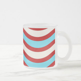 Líneas onduladas blancas rayas de la turquesa roja taza de café