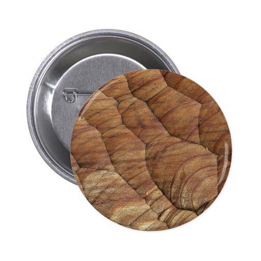 Líneas talladas en madera marrón pálida pin redondo 5 cm