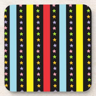 Líneas y estrellas coloridas posavaso