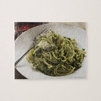 Linguine con el pesto y el parmesano, vino rojo puzzle