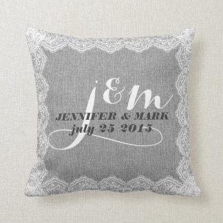 Lino gris de Monogramed y almohada blanca del boda