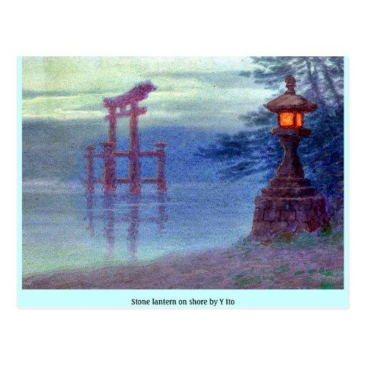 Linterna de piedra en orilla por Y Ito Postales