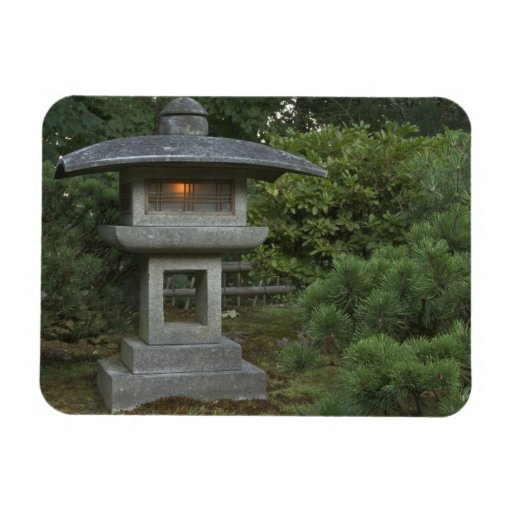 Linterna de piedra iluminada en jardín japonés imanes