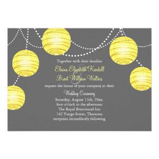 Linternas amarillas y grises del fiesta que casan  invitaciones personalizada