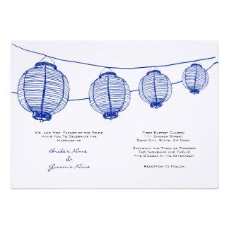 Linternas azules y blancas que casan la invitación