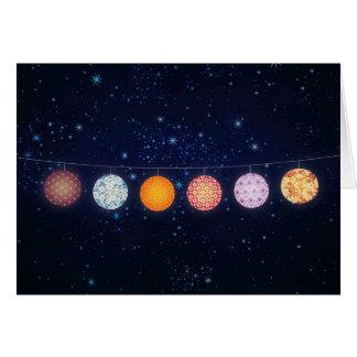 Linternas de papel modeladas y cielo estrellado