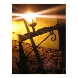 Linternas en el camino subterráneo tarjeta postal