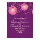Linternas festivas con púrpura oscuro y rosado en invitación 12,7 x 17,8 cm
