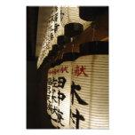 Linternas japonesas en la noche fotografías