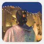 Linternas que encienden el edificio del adobe, con pegatina cuadrada
