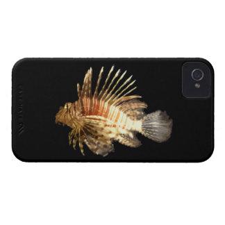 Lionfish contra un fondo oscuro iPhone 4 Case-Mate cobertura