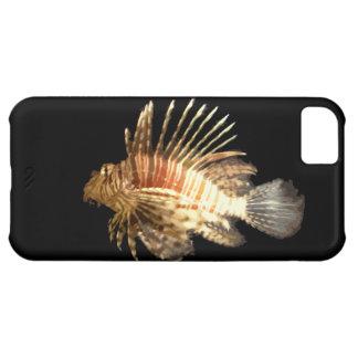 Lionfish contra un fondo oscuro