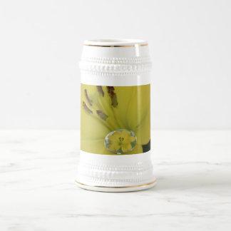 Lirio amarillo de la gota de agua taza de café