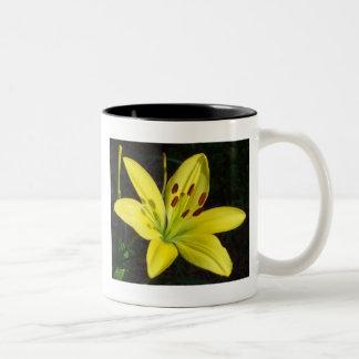 Lirio amarillo llamativo taza de café de dos colores