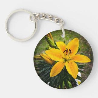 Lirio asiático amarillo en la floración llavero redondo acrílico a una cara