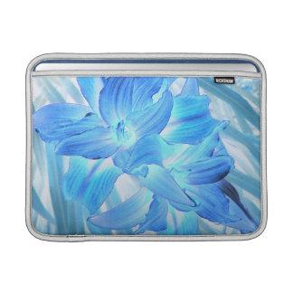 Lirio azul etéreo, fantasía floral del invierno 13 funda para macbook air