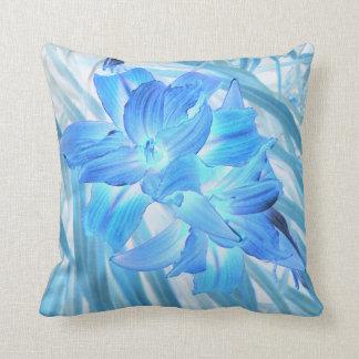Lirio azul etéreo, fantasía floral del invierno almohada