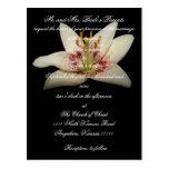 Lirio blanco de la invitación floral del boda tarjeta postal