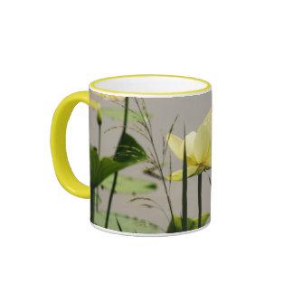 Lirio de agua amarilla - taza de café amarilla del