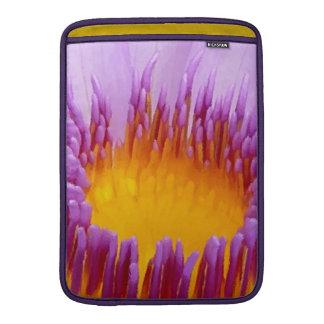 Lirio de agua púrpura afortunado de la flor de fundas para macbook air
