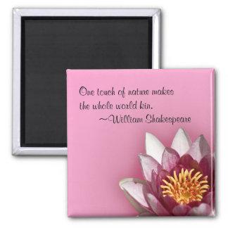 Lirio de agua rosado imán cuadrado