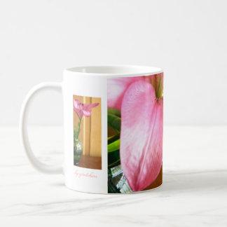 Lirio en café del florero y taza verdes del té por