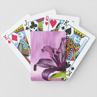 Lirio púrpura con la cascada barajas de cartas