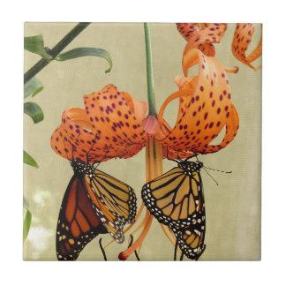Lirio tigrado y monarcas azulejo cuadrado pequeño