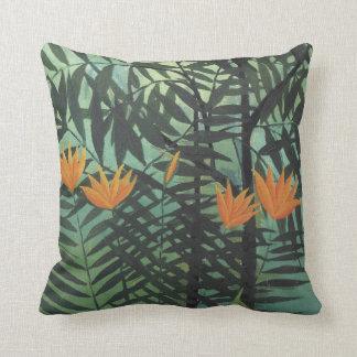 Lirios amarillos con las palmas en la almohada azu