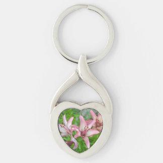Lirios asiáticos rosados llavero plateado en forma de corazón