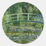 Lirios de agua de Claude Monet y puente japonés Pegatina Redonda