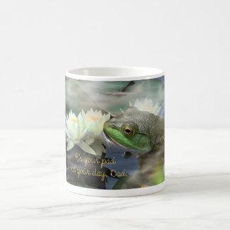 lirios de agua del W3 de la rana en las briznas 2 Taza