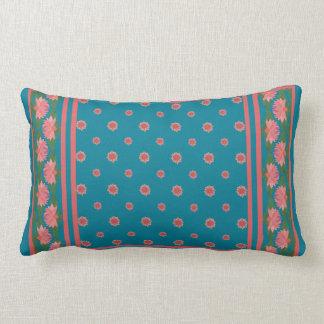 Lirios de agua rosados en la almohada lumbar azul